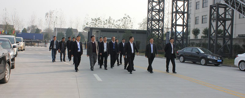 公司高层领导在公司正门热情迎接